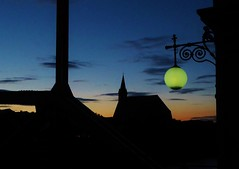 P1090595 Grenzbrücke, Laterne 1903 / Stiftskirche Gotik (Traud) Tags: germany austria deutschland österreich border grenze brücke bridge jugedstil 1903 laterne lamp stiftskirch kirche church gotik salzach ufer silhouette abend evening bavaria bayern