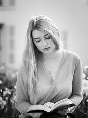 La lectrice (liofoto) Tags: noiretblanc blackandwhite monochrome girl woman modèle model lectrice reader naturallight bokeh