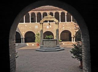 2016.09.10.158 BOLOGNE -  Basilique San Stefano, le cloître