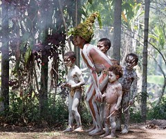 Hungry kids eying up corpse (kthustler) Tags: goroka singsing papuanewguinea tribes huliwigmen mudmen