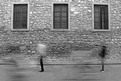 Corazones en fuga (otrosantander) Tags: bn black white blackandwhite street pepple gente personas calle callejera cordoba argentina blancoynegro gris moviemiento abstracto abstract urban urbana wall pared muro windows ventanas
