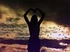 ''Os pássaros vêm, me levar aí, visitar o céu.'' (Ana Carolina Suassuna) Tags: nikon cores sunrise birds paisagem luznatural natureza sky dia editado garota contraluz