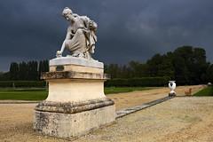 Offrande (mostodol) Tags: statue art jardin garden park parc chantilly château castle castel castele french oise picardie fuji fujifilm xt20 artistique