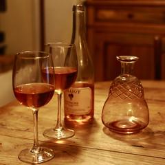 La carafe de bordeaux est vide, mais nous avons ce petit rosé de Touraine... (stephane.desire) Tags: 7dwf mardifou verre bouteille carafe vin bordeaux touraine reflet lumière rosé