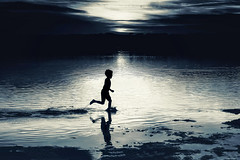 Run Boy Run (fehlfarben_bine) Tags: nikond800 nikon70200f40 candid lake berlin runnning splash reflection afterglow sunset darkness silhouette contrast monochrome mood