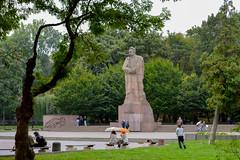 Ivan Franko monument (Francisco Anzola) Tags: ngc lviv lwow ukraine city westernukraine galicia statue monument park people rain