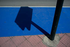 Bügeleisen // Iron (apfelbla) Tags: schatten shadow licht light ground boden blau blue red rot sign schild abstract abstrakt shape shapes form formen street strase structure struktur city stadt urban urbanexploration minimal minimalism minimalismus minimalistic minimalistisch lines linien line linie beton