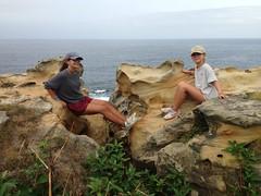 Con mis nietas en las rocas de Jaizkibel. (Luis Mª) Tags: bidasoatxingudi hondarribia jaizkibel rocas mar marcantábrico misnietas