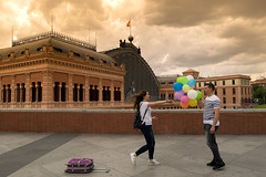 EL REENCUENTRO. (https://katalan46.wixsite.com/fotografia) Tags: weeding boda novios boyfriends couple sky clouds atocha station estacion train love romantic reencuentro amor reunion travel viaje trip color dark old architecture happy beautiful boy girl man woman globos ballons madrid spain españa