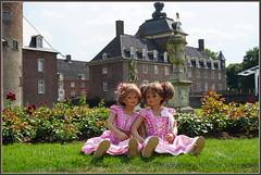 Anne-Moni und Milina ... (Kindergartenkinder) Tags: schlossanholt dolls himstedt annette park kindergartenkinder sommer wasserburg personen isselburg garten annemoni milina