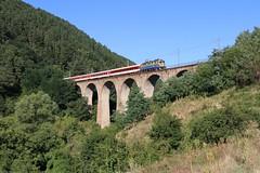 """44 001 (""""БДЖ/BDZ"""") - Klisura by Jan-Felix Tillmann - Zwei Loks der von Skoda gelieferten bulgarischen Baureihe 44 besitzen eine dem Standard Rot abweichende gelb/blaue Lackierung. Auf dem Foto ist eine der beiden Loks (44 001) mit R 30111 Sofia - Karlovo (+30) bei Klisura zu sehen. Der Zug durchfährt hier mehrere Kehren um an Höhe zu gewinnen."""