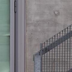 (zeh.hah.es.) Tags: toniareal zhdk zhaw zurich zürich schweiz switzerland kreis5 grün green grau gray grey gitter grid vertikal vertical horizontal diagonal fassade façade facade tür door treppe stairs geländer banister
