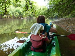 De Pontonx à Dax promenade de 22 km, 5 heures, sur l'Adour en canoë avec protection de fortune pour la tête d'A.  (le ciel bien couvert s'est brusquement dégagé). Thème du mois d'août: transports
