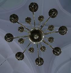 ...der Kronleuchter (jueheu) Tags: kronleuchter lampe lamps licht light deckengewölbe spiegelung reflection vergoldet blattgold weis white gold dezent einfach kirche schüttorf grafschaftbentheim niedersachsen deutschland germany duitsland