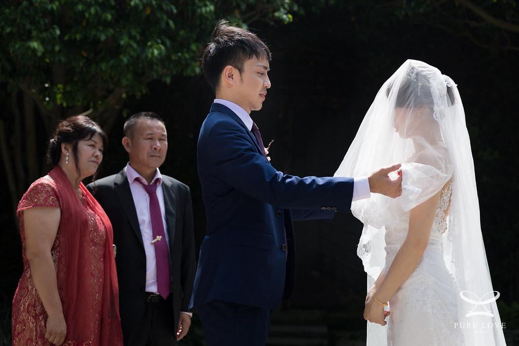 在父母的見證下舉行戶外婚禮