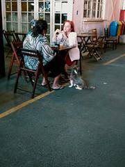 entre amigas (luyunes) Tags: mulher conversa convivência batepapo bar cachorro espera motoz luciayunes