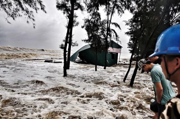 [ẢNH] Bão số 10 vào bờ: Bãi biển Sầm Sơn tan hoang trong sóng dữ - Ảnh 16.