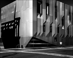 Un matin dans la ville... A morning in the city... (vedebe) Tags: noiretblanc netb nb bw monochrome architecture ville city rue urbain humain people provence aixenprovence sport sportifs