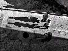 ©irenefabregues2017 #lacalleesnuestracolectivo @lacalleesnuestracolectivo #huaweip9 #movilgrafiadeldia220717 #womeninstreet #asi_es_bnw #youmobile #lensculturestreets #streetscene  #friendsinperson #streetphotography #shootermag_spain #fotonline (Irene Fabregues) Tags: instagram ifttt