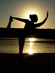Pilateando.. (Ester Arrebola Bravo) Tags: pilates amanecer contraluz cala arena mar