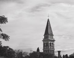 """""""un campanile che non sembra vero  segna il confine fra la terra e il cielo.""""    (F. De André, Inverno) (Ro_.) Tags: campanile malamocco chiesadisantmariaassunta alberi bn fujiflimxt2 nuvole clouds ricordi traterraecielo 55mm"""