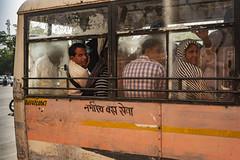 Que decias del fotografo invisible? (Nebelkuss) Tags: india rajasthan jaipur callejeras street autobus bus mirada look fujixpro1 fujinonxf23f14