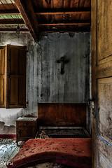 Entrando al dormitorio (Perurena) Tags: dormitorio bedroom cama bed lecho letto ventana window abandono ruina decay escombros suciedad dirty casa house vigas luz light sombras shadows urbex urbanexplore