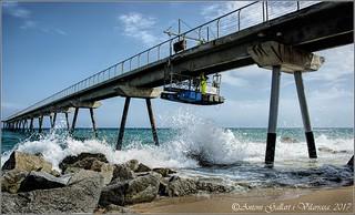 Reparant el pont amb onatge.  (Badalona - Catalunya)
