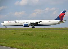 N829MH, Boeing 767-432(ER), 29700/801, Delta Airlines, CDG/LFPG, 2017-08-27, Bravo Loop taxiway. (alaindurandpatrick) Tags: n829mh 29700801 767 764 767400 boeing boeing767 boeing767400 jetliners airliners dl dal delta deltaairlines airlines cdg lfpg parisroissycdg airports aviationphotography