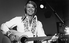 В Арканзасе похоронили Глена Кемпбелла (specialradio.ru) Tags: glen campbell 1970s 19701979 acoustic guitar bw blackandwhite butterflycollar chesthair collar embroidered embroidery hair hairdo hairstyle horizontal male singer mens fashion style menswear music musician nbcuphotobank nup100905 ovation select shirt single solo oneperson unitedstates usa