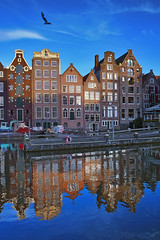 Amsterdam's twilight time. No, 3157. (Izakigur) Tags: thenetherlands netherlands paysbas niederlande paesibassi paísesbajos paísesbaixos nederland holland نيديرلاند هولندا הולנד amsterdam 2017 nikond700 nikkor nikkor2470f28 reflection wasser water eau acqua architecture window izakigur blue red