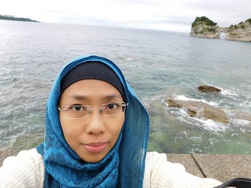 Viewnya mirip-mirip pantai di Lombok/Bali gak sih iniii. Foto lama ketika di suatu pagi bersepeda berkeliling kota kecil Shirahama di Wakayama. Di tengah perjalanan melihat view batu karang cantik dari Pulau Engetsu ini, langsung sandarkan sepeda dan cekr