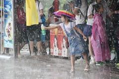 Rain in Beijing (galletti713) Tags: rain pioggia child bambina bambini pechino beijing palazzo estate acqua bottiglia bottle cappello ombrello umbrela