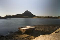 Isla y barca (JuanVeGe) Tags: herreradelduque badajoz extremadura agua barca pantano garcíasola guadiana paisaje siberia peloche