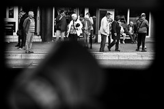 OKSF 96 (Oliver Klas) Tags: okfotografien oliver klas street streetfotografie streetphotography strassenfotografie streetart streetphotographer streetphoto schwarzweiã schwarzweissfotografie blackandwhite monochrom personen people menschen persons kinder children kids deutschland germany stadt city kunst art warten pause schwarzweis innenstadt
