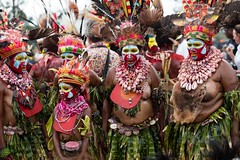 group big ladies (kthustler) Tags: goroka singsing papuanewguinea tribes huliwigmen mudmen