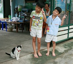peace from brothers and their cat (the foreign photographer - ฝรั่งถ่) Tags: two brothers peace sign cat grandfather khlong thanon portraits bangkhen bangkok thailand canon kiss