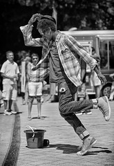 Shirt Flare (Ian Sane) Tags: ian sane images shirtflare performer busker dancer black white candid street photography portland oregon saturday market billnaitolegacyfountain naito parkway canon eos 5ds r camera ef70200mm f28l is usm lens