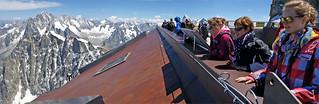 Sophie, Sandra et Florence sur la terrasse supérieure de l'Aiguille du Midi (3842m), Haute Savoie, Alpes, France
