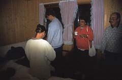 Norwegen 1998 (167) Gudvangen (Rüdiger Stehn) Tags: aurland dia slide analogfilm scan europa canoscan8800f norwegen norge norway nordeuropa skandinavien profanbau haus gebäude sognogfjordane bauwerk 1990er 1998 1990s reisefoto urlaub 35mm kbfilm analog diapositivfilm kleinbild hotel gudvangen motel innenaufnahme contax137md menschen rüdigerstehn