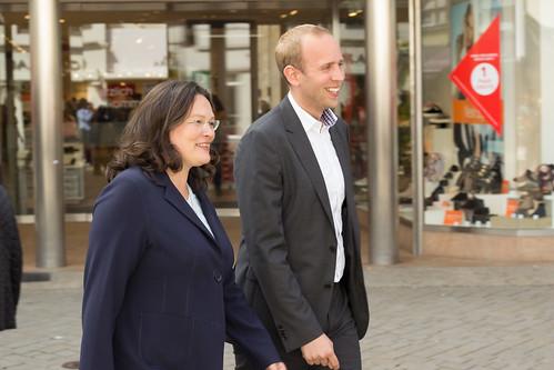 Auf dem Weg vom Rathaus zur Innenstadtbühne am Lefferseck mit Andrea Nahles.