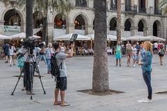 2017/08/20 20h29 tournage, Plaça Reial (Barcelone) (Valéry Hugotte) Tags: 24105 barcelona barcelone espagne plaçareial spain tv canon canon5d canon5dmarkiv journaliste tournage télévision catalunya es