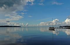 Hafenatmosphäre (Wunderlich, Olga) Tags: wolken spiegelung reflexionen rügen insel deu boot bootssteg himmel boote