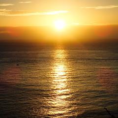 enfin le soleil... (3) (8pl) Tags: leverdesoleil eau ciel soleil matin tôt printemps sark sercq jaune orange nature seascape paysage sunrise
