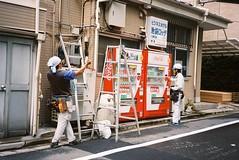 Men at work #35mmfilm #fujisuperia400 #fujicast801 #tokyo #japan (johnnybatz1) Tags: 35mmfilm fujisuperia400 fujicast801 tokyo japan