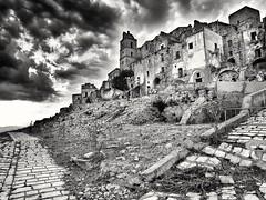 2017-08-09_02-12-12 (Matou MKD) Tags: wall ruines urbex italie bw craco sud