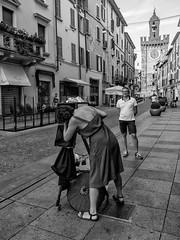 Barbara and her camera [Explored 2017.08.12] (drugodragodiego) Tags: barbara fotografiaminutera oldcamera brescia lombardia italy art artista artistidistrada photographer streetphotography streetlife blackandwhite biancoenero blackwhite bw fujifilm fujifilmx30