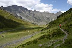 Vallée de Badet (Paulo Etxeberria) Tags: picdelagéla valléedebadet piauengaly pirinioak pirineos pyrénées pyrenees mendizalea montañera mountaineer montagnard bidea camino path chemin