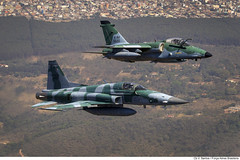 F-5EM e A-1M - Aeronaves de caça (Força Aérea Brasileira - Página Oficial) Tags: a1m aeronave aeronavesdecaca aviacaodecaca brazilianairforce f5em fotoviniciussantos sobrevooembrasilia treinamentoaereo aircraft voo fab attack supersonico supersonic duplo dupla brasília df brazil bra brasil
