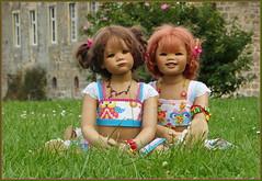 Zwei die sich lieben ... (Kindergartenkinder) Tags: sommer blumen personen kindergartenkinder garten blume park annette himstedt dolls sanrike wasserschlosslembeck milina